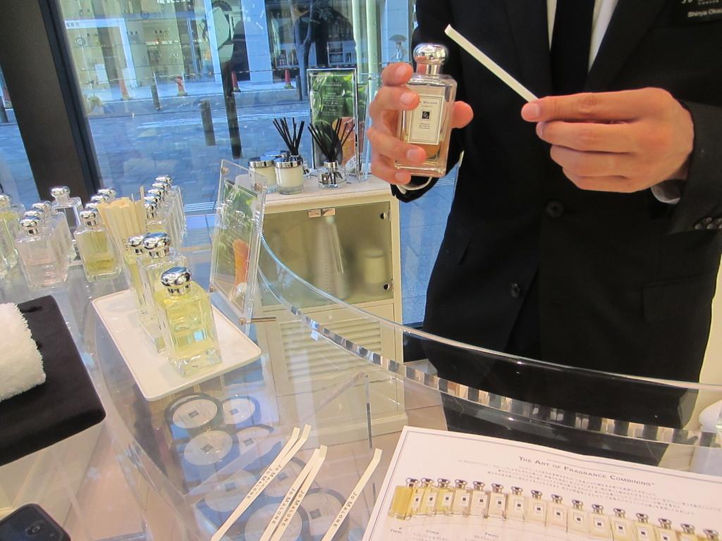 香のコンサルティングもしてくれ、 最後に香を2種類重ねてくれます