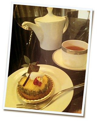 イタリアのミノッティのテーブル。ウエッジウッドのカップ。リッツのマンゴータルト。シックラグジュアリーにまとめました。