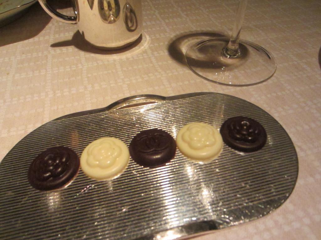 8年前にもあった chanelのボタンモチーフのチョコ。 かわいい♡もちかえります。