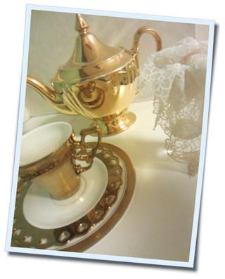 アンティークのロイヤルウィントンのポットと雑貨屋でみつけたゴールドカップ。お花を生けたり金色は何色にも合わせやすい