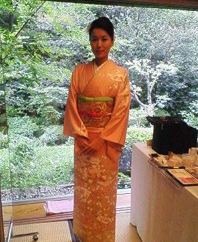 椿山荘ホテルにて ミス日本の萩美香さんといっしょにポスター撮影をしました。ここの景色がとてもきれい!古典柄の着物も好みです^^