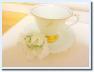純子のJの字を入れてオーダーした、大倉陶園のプリンセスカップ&ソーサー。さすが白磁の色が美しくってとても幸せな気持ちになります。丁寧に経茶を入れてのみます。