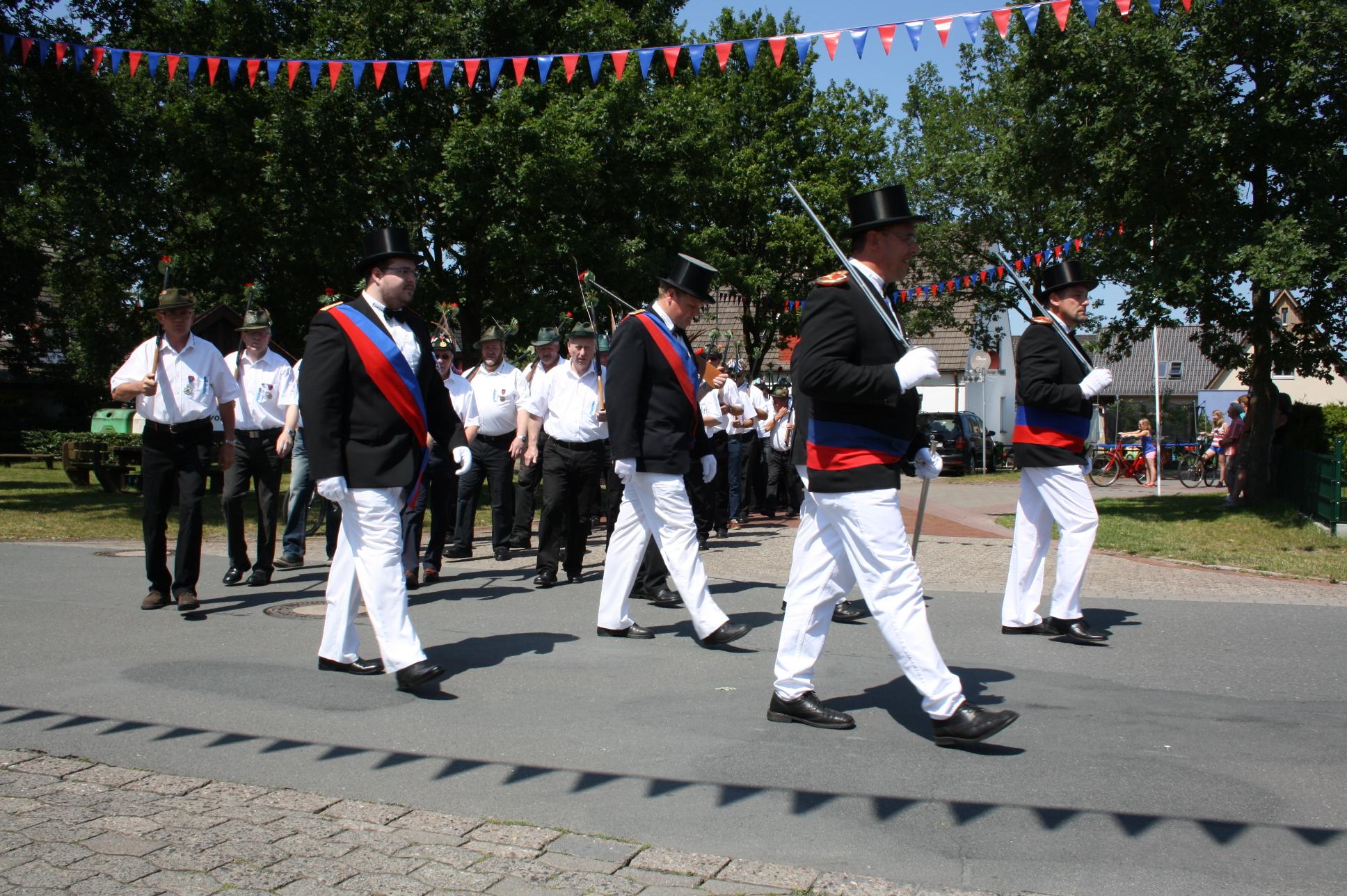 Die Kompanie marschiert ins Dorf