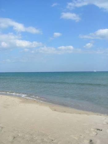 Très grande plage de sable fin.