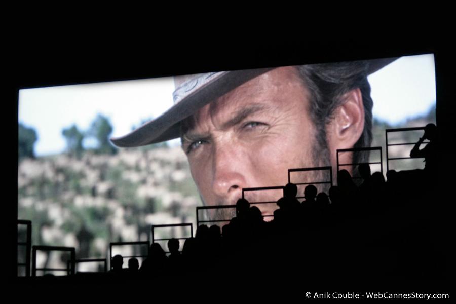 """""""Le Bon"""" et le public de la Halle Tony Garnier - Festival Lumière 2009 - Lyon - Photo © Anik Couble"""