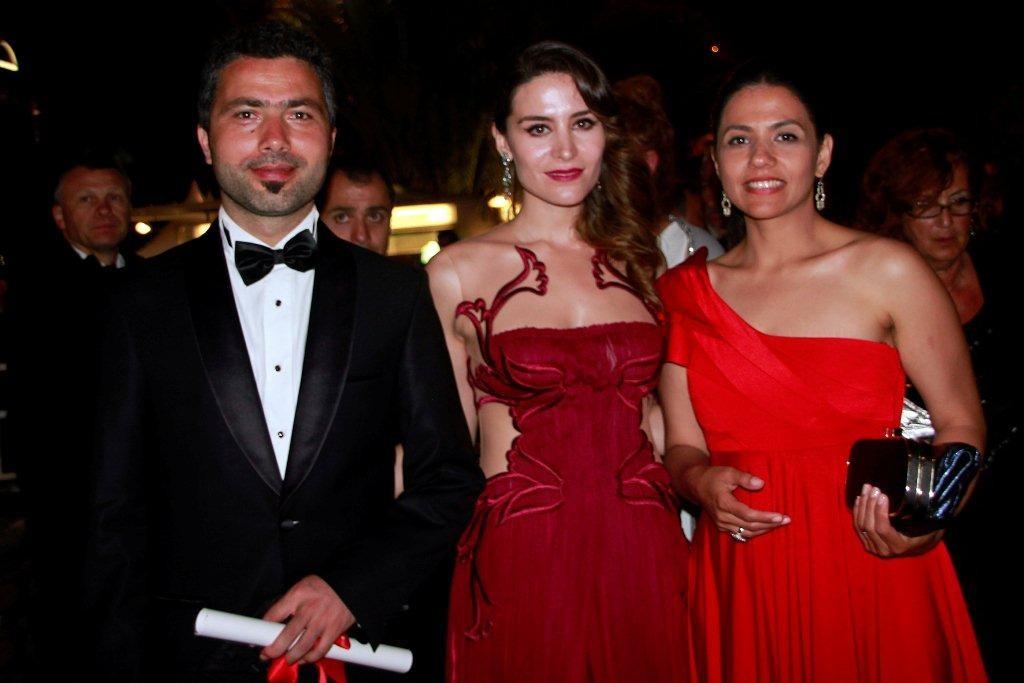 """L. Rezan YESILBAS, accompagné de ses actrices, Palme d'Or du court métrage, pour """"LES BÊTES DU SUD SAUVAGE"""" - Festival de Cannes 2012 - Photo © Anik Couble"""