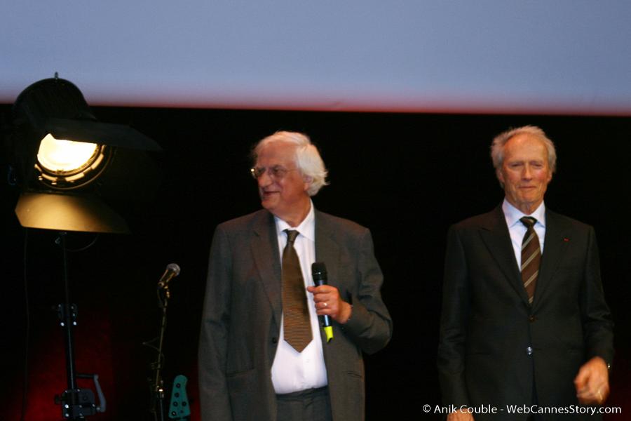 Bertrand Tavernier et Clint Eastwood, lors de la remise du Prix Lumière à Clint Eastwood - Festival Lumière 2009 - Lyon- Photo © Anik Couble