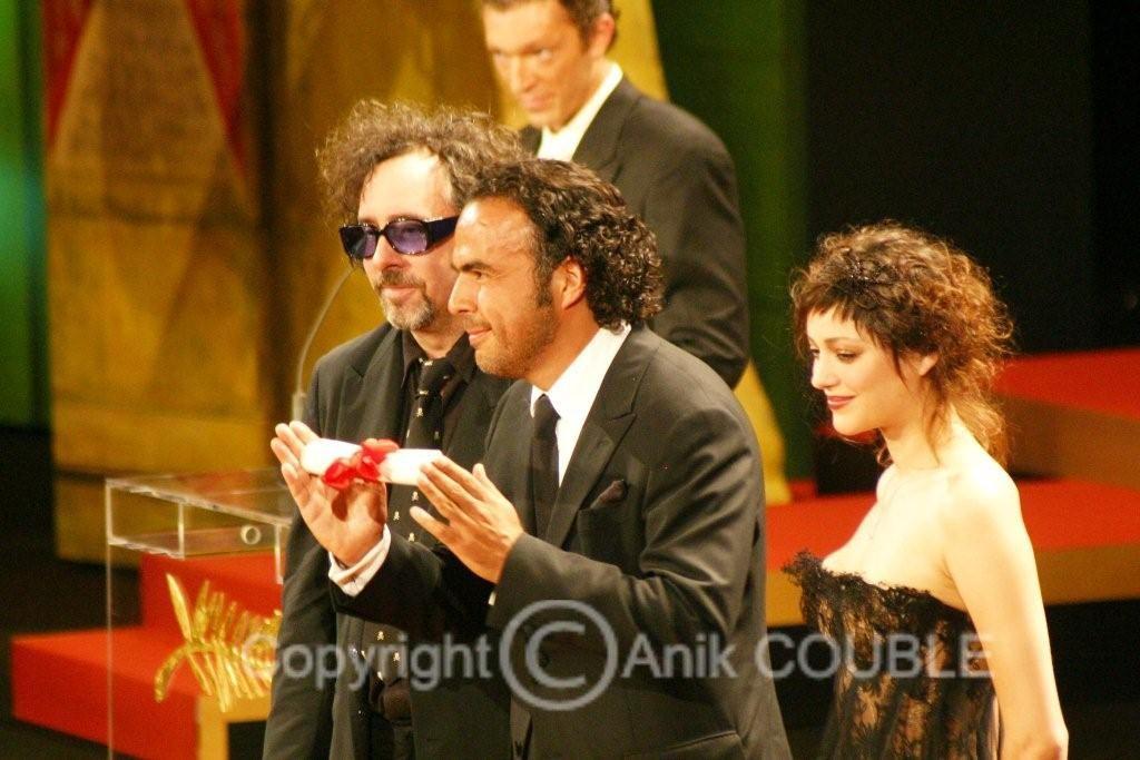 Tim Burton vient de remettre le prix de la mise en scène à Alejandro González Inárritu en 2006  Photo : Anik Couble