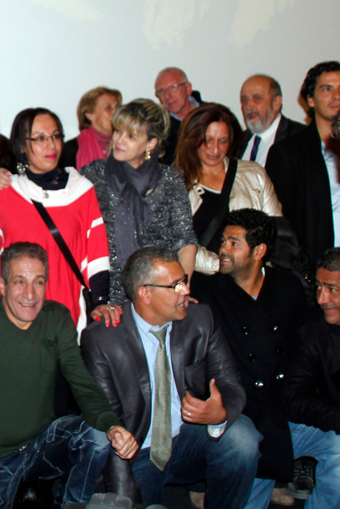 """Jamel Debbouze entouré de marcheurs de 1983, lors de l'avant-Première du film """"La Marche""""  Lyon - 5 Novembre 2013 - Photo © Anik COUBLE"""