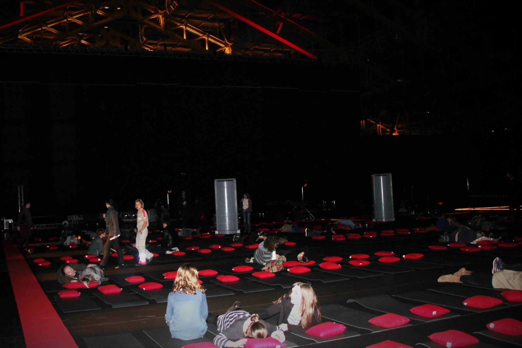 Les couchettes, installéés derrière l'écran,  pour la Nuit de la Science Fiction - Festival Lumière 2011 - Lyon - Photo © Anik Couble
