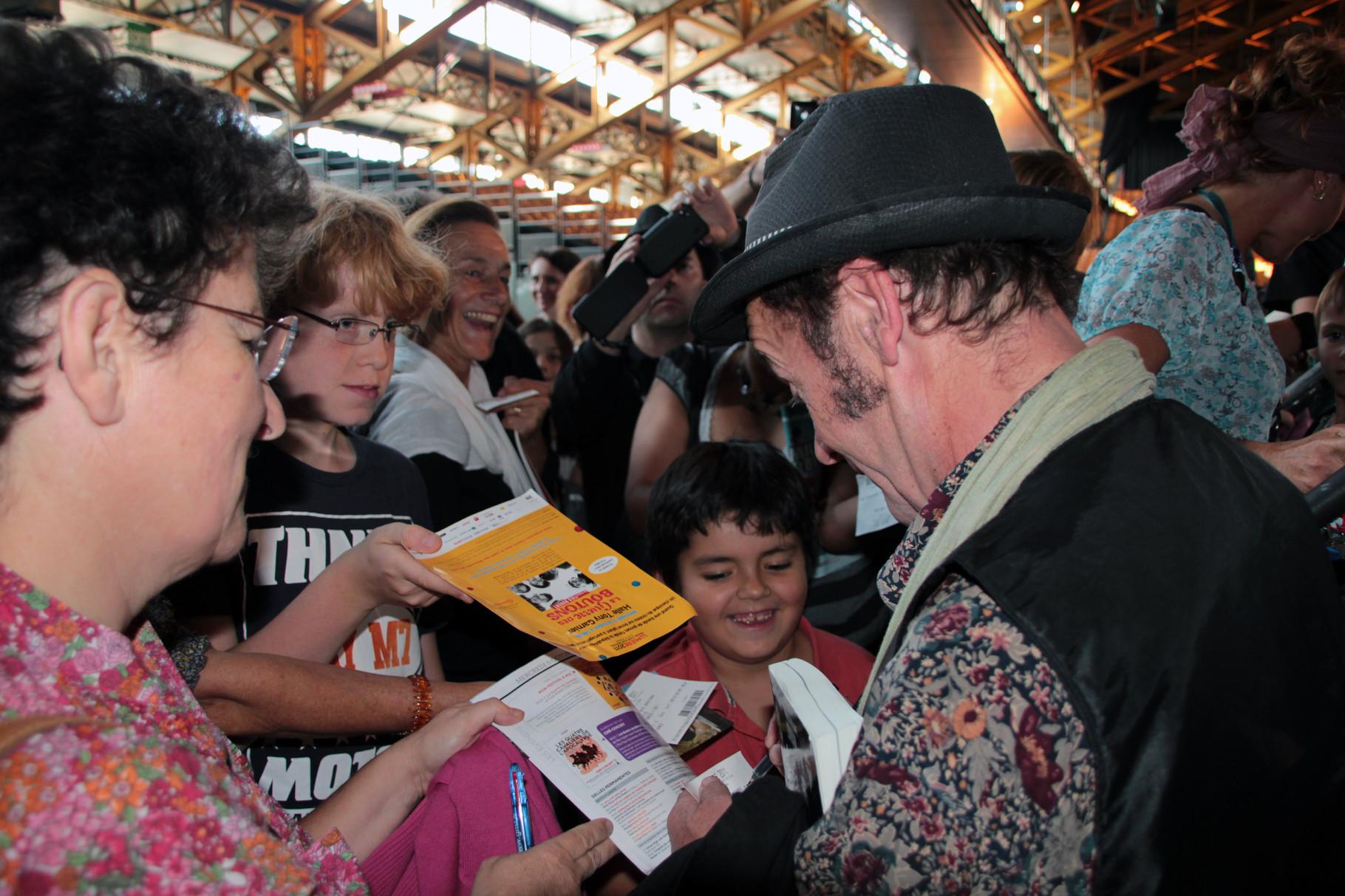 Martin Lartigue (Petit Gibus) signant des autographes - Festival Lumière 2011 - Lyon - Photo © Anik COUBLE