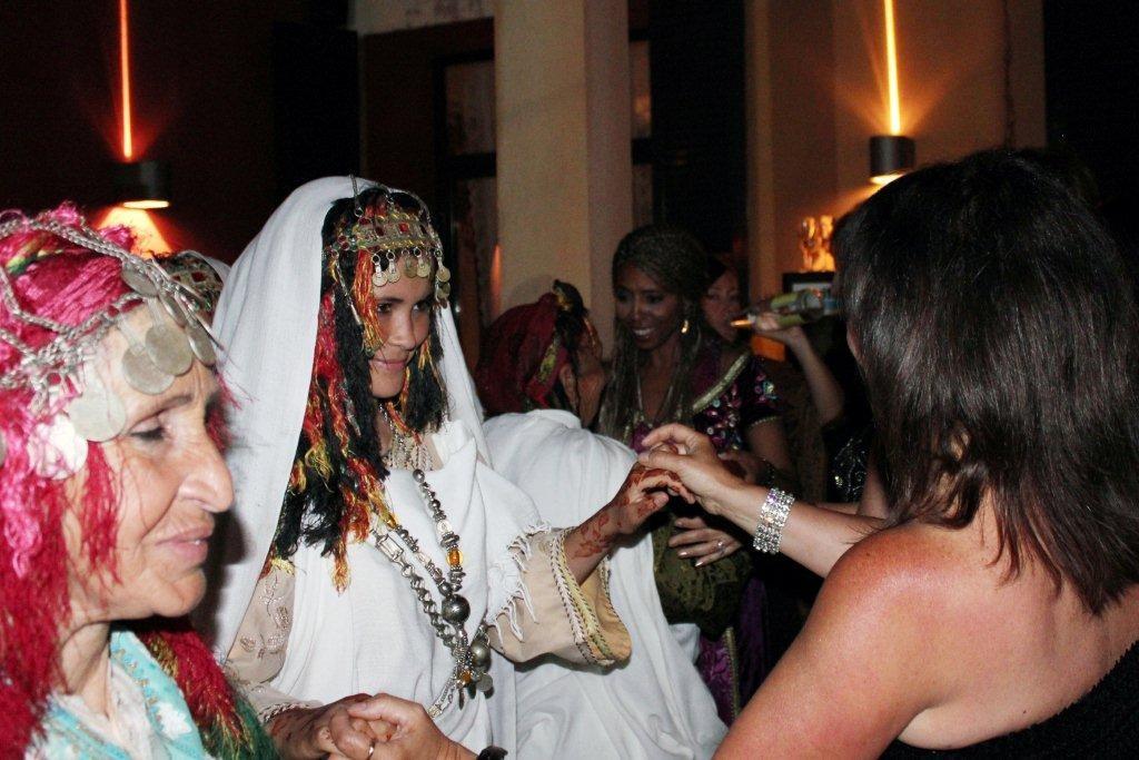 """Une habitante du village dansant avec Anik Couble, lors de la soirée du  film """"La Source des Femmes'"""" de Radu Mihaileanu"""" - Festival de Cannes 2011 - Photo © Anik COUBLE"""