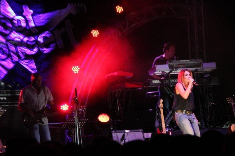 Julie Zenati sur la scène du Foot-Concert de Lyon, le 13/10/2012 © Anik COUBLE