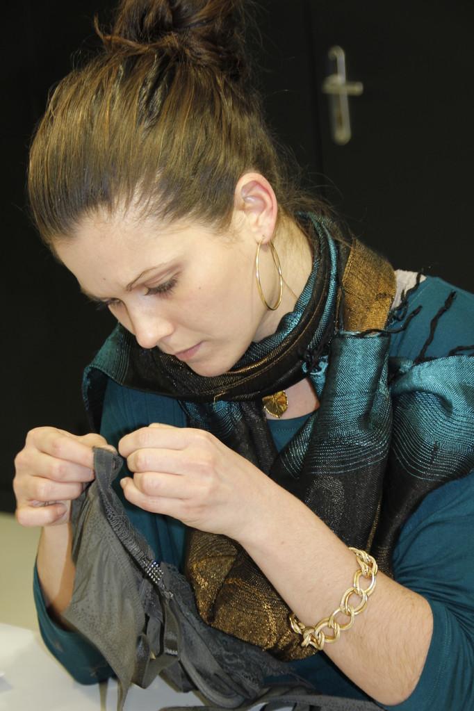 """Liliane Menault, de l'équipe des """"Atelières, en plein travail - Villeurbanne - Février 2013 © Anik COUBLE"""