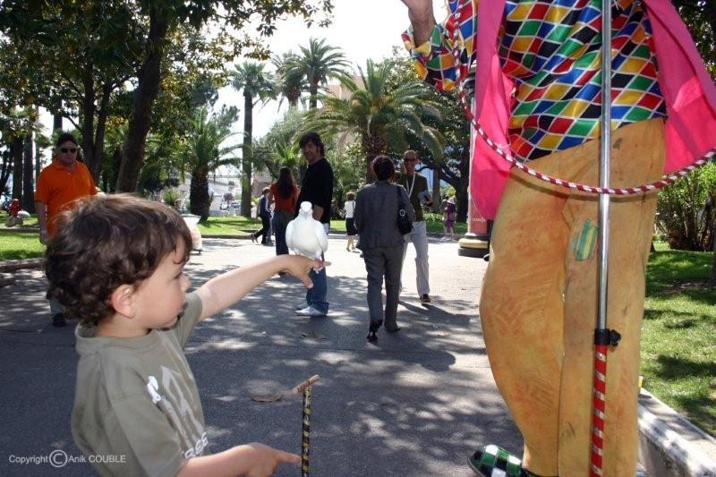 Xavier Barden, amusé par un clown et mon fils,  Alan Badaoui-Couble en 2005 / Photo : Anik Couble