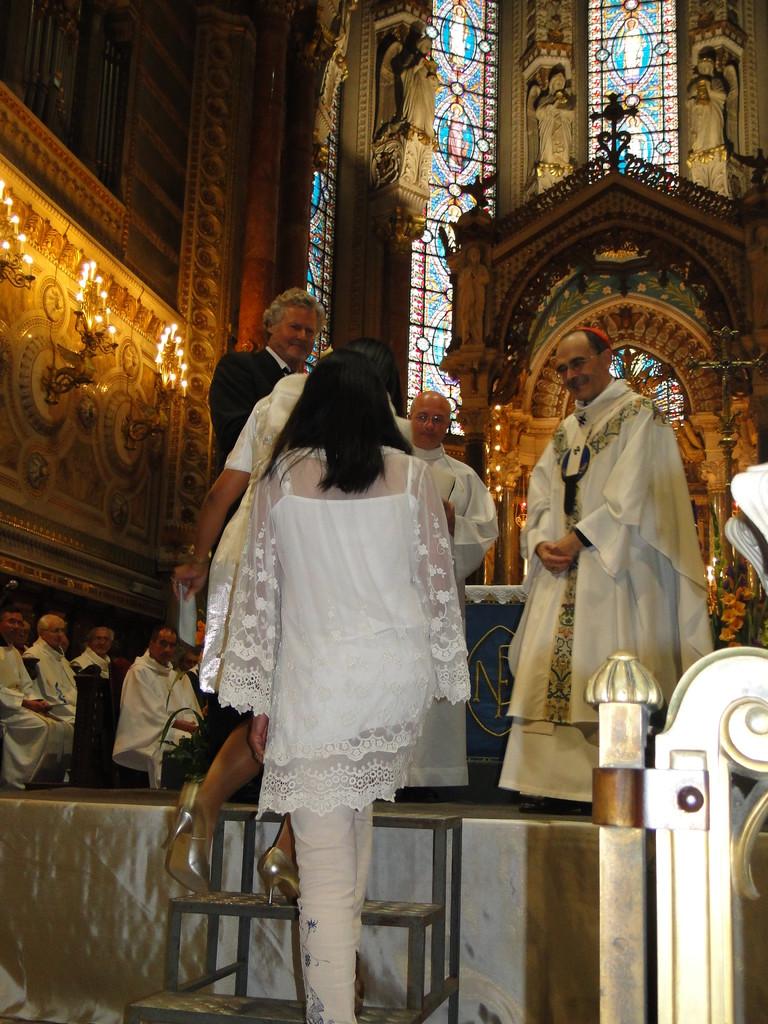 Le Cardinal Philippe Barbarin, archevêque de Lyon et un délégué de la communauté Philippine lors du renouvellement du vœu des Echevins - Basilique de Fourvière - Lyon - 08 Sept 2013 © Pascale Millet