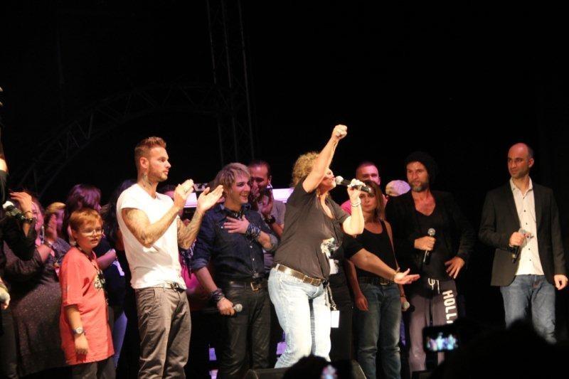 Marguerite Garcia, présidente de l'association entourés de tous les artistes sur la scène du Foot-Concert de Lyon, le 13/10/2012 © Anik COUBLE