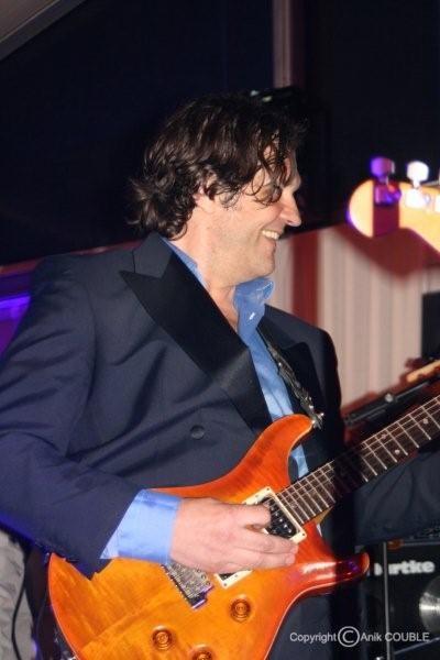 """Emir Kusturica, à la guitare pour la soirée du film """" Maradona """", en 2008  / Photo : Anik Couble"""