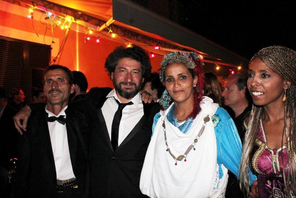 """Radu Mihaileanu et des habitants du village, lors de la soirée de son  film """"La Source des Femmes"""" - Festival de Cannes 2011 - Photo © Anik COUBLE"""
