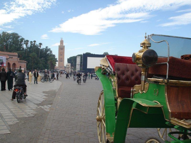 Place Jemaa El Fna et son écran géant, installé pour la durée du Festival - Festival de Marrakech 2010 © Anik COUBLE