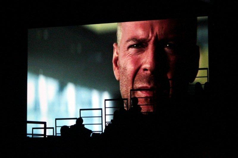Bruce Willis,  à l'écran et le public des gradins en ombres chinoises - Nuit de la Science Fiction - Festival Lumière 2011 - Lyon - Photo © Anik Couble