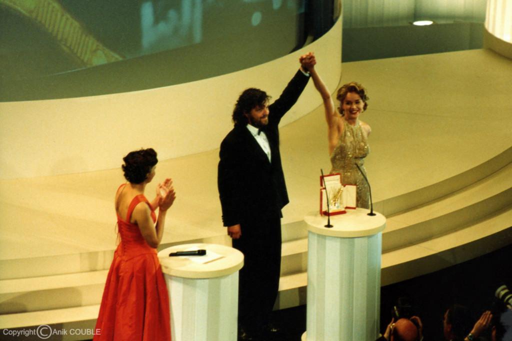 Sharon Stone vient de remettre  la Palme d'Or à Emir Kusturica 1995 / Photo : Anik Couble