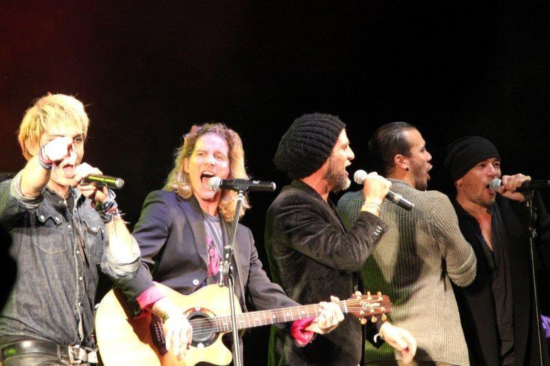 Gwendal Peizerat, à la guitare sur la scène du Foot-Concert de Lyon, le 13/10/2012 © Anik COUBLE