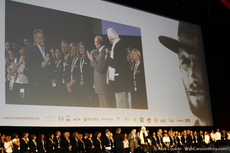 Les Bénévoles à l'honneur, sur la scène de la Halle Tony Garnier - Festival Lumière 2009 © Anik Couble