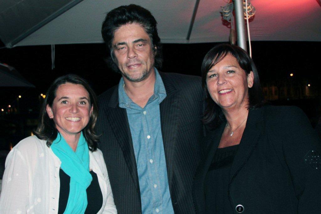 Bénicio Del Toro, entouré de Sylvaine et Isabelle / Photo : Anik Couble