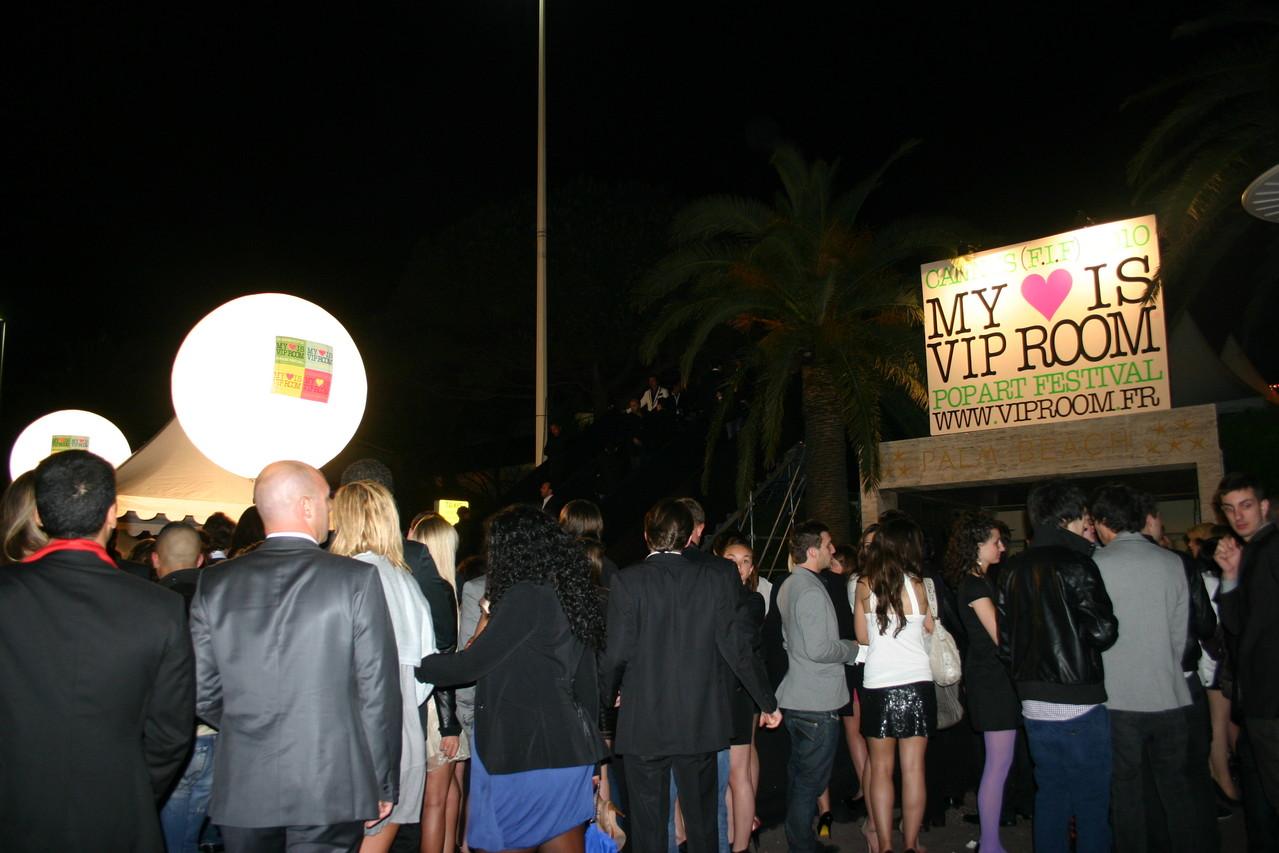 File d'attente devant le VIP Room de Jean Roch - Festival de Cannes 2010 © Anik COUBLE