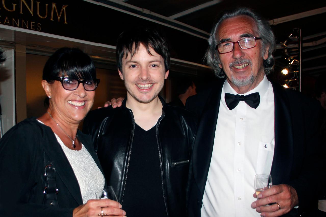 Chris Esquerre, entouré de Monica et Bob Barnoin - Plage Magnum Cannes - Festival de Cannes 2013 © Anik COUBLE