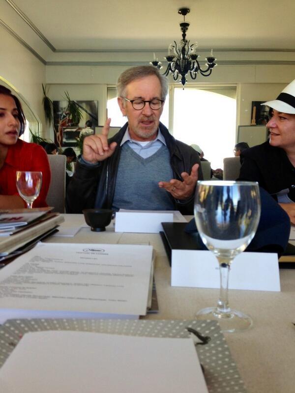 Steven Spielberg, entouré de Vidya Balan et Lynne Ramsaylors des délibérations - Festival de Cannes 2013 © Gilles JACOB