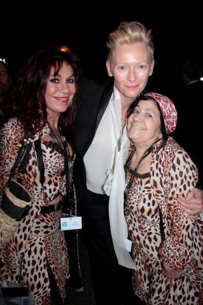 """Tilda Swinton entourée """"des Panthères"""" Esmeralda et Pascaline - Festival de Cannes 2012 © Anik COUBLE"""