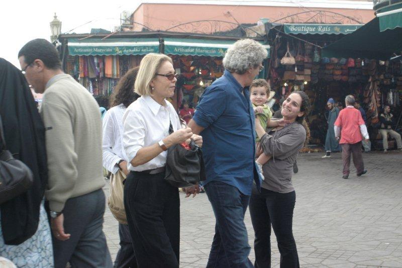 Elie Chouraqui et son épouse, accompagnés de Marthe Keller en route vers les souks / Photo : Anik Couble