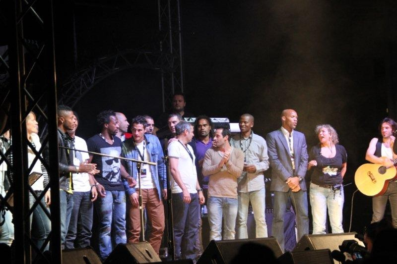 Les sportifs et Marguerite Garcia, présidente de l'association, sur la scène du Foot-Concert de Lyon, le 13/10/2012 © Anik COUBLE