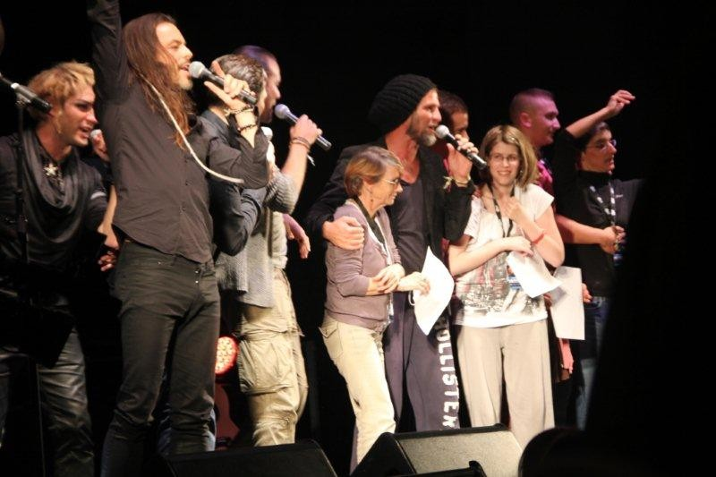 Les malades entourés des artistes sur la scène du Foot-Concert de Lyon, le 13/10/2012 © Anik COUBLE