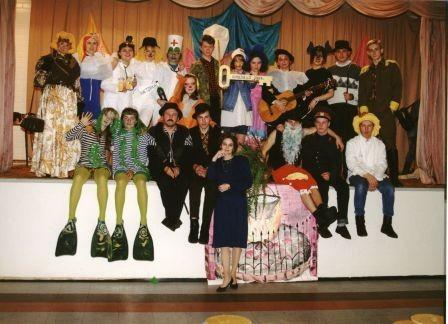 Учителя и ученики на сцене школы.