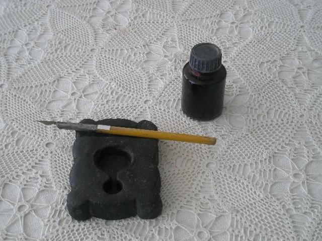 Чернильница с пером.