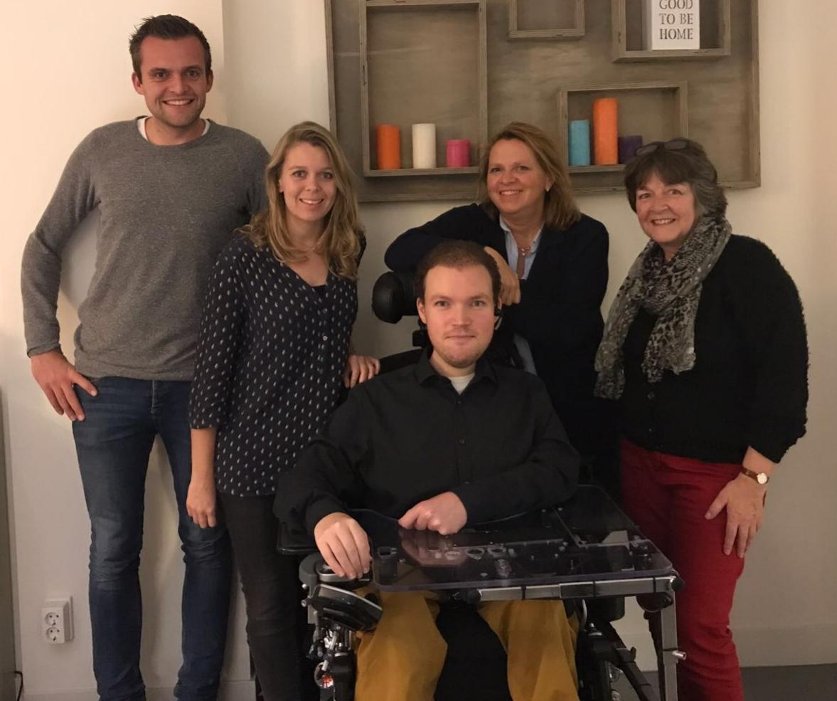 Het voltallige bestuur van de Stichting GewoonWonen, vlnr Thomas Zwetsloot, Margriet Pronk, Martijn van Rees, Jacqueline Bouts en Loes van Groningen
