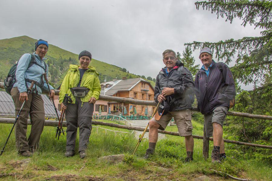 Gruppenbild mit der Hütte