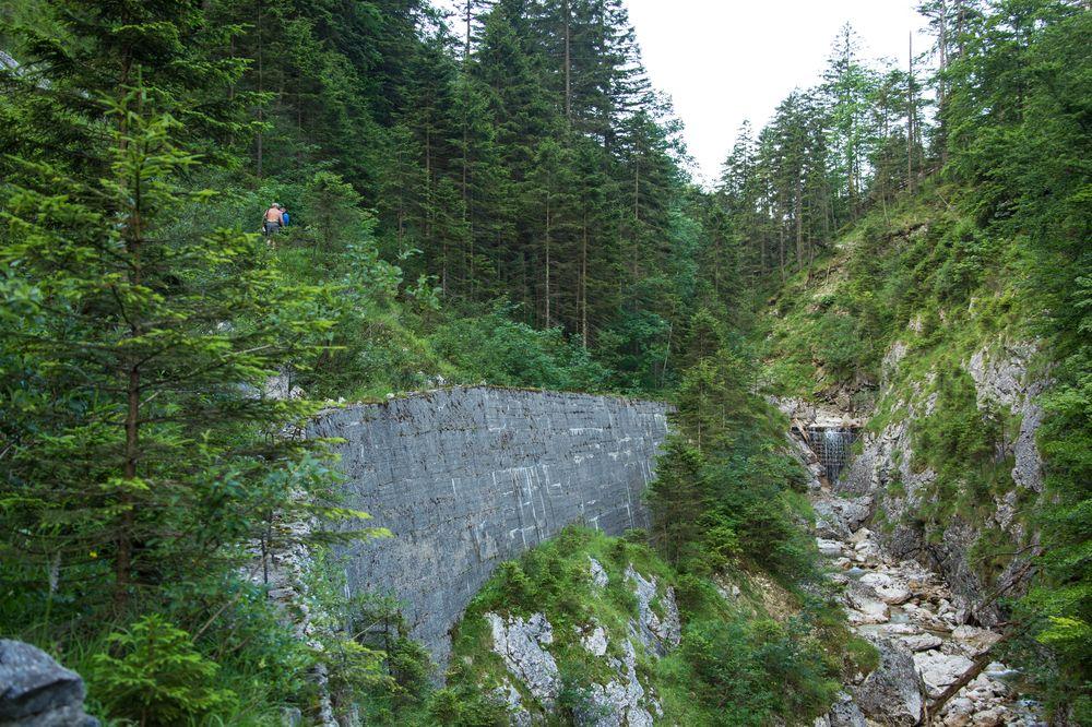 Die Mauer wurde im Krieg gebaut, hätte eine Verbindungstrasse nach Windischgarsten sein sollen