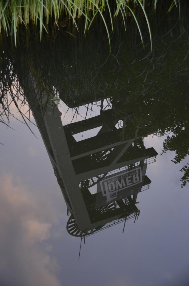 Der Turm an Schacht 2 spiegelt sich im Wassergraben