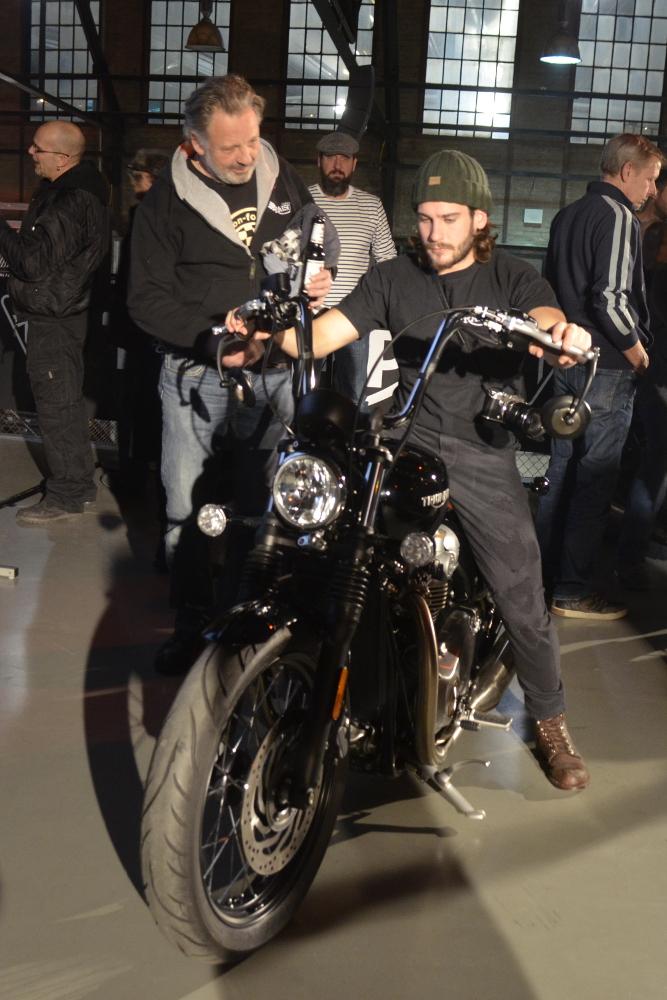 Yannik und Rainer (Classicbike Raisch) machen eine erste Sitzprobe