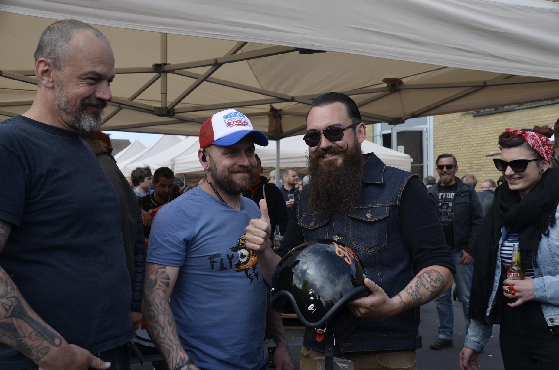 glcüklicher Gewinner des Bell-Helms mit Andy Geeroms