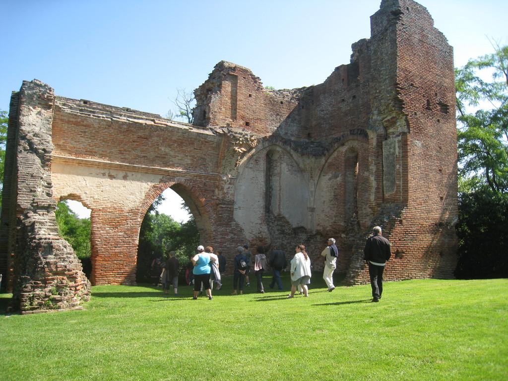 ruines du château avec promeneurs