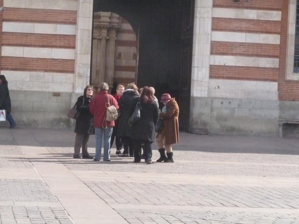 Photo de groupe devant le porche de la mairie