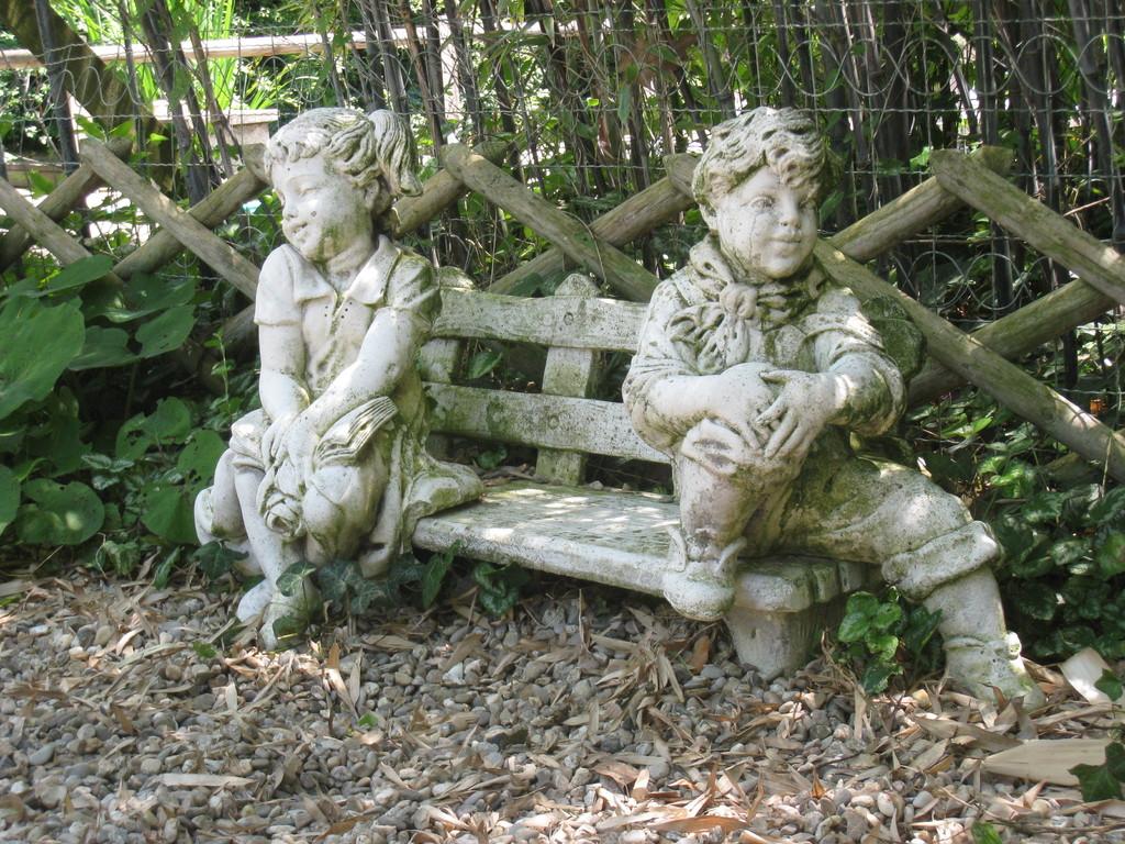 sculpture : les deux enfants et leur banc