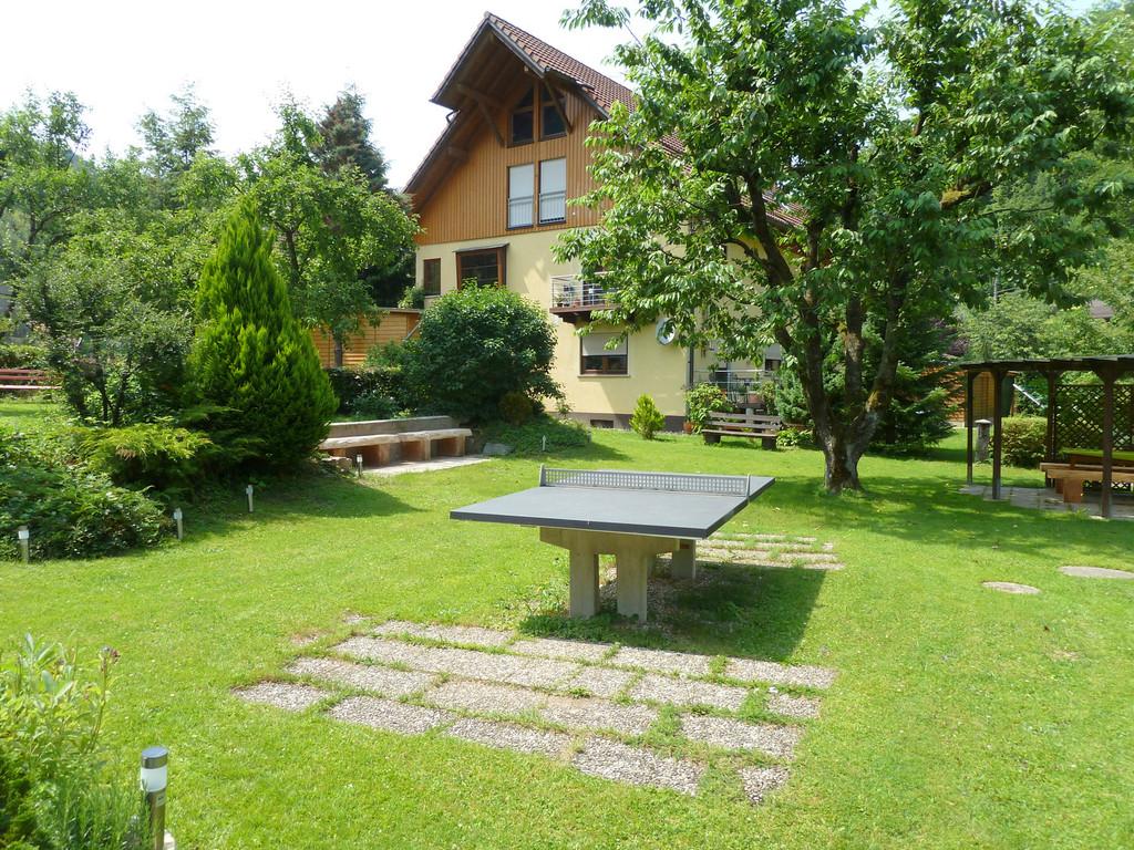 Stationäre Tischtennisplatte im Garten