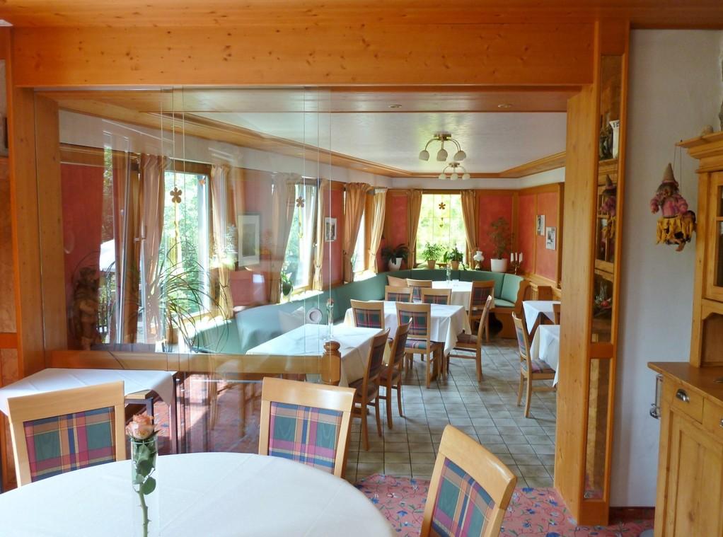 """Blick vom Ofenzimmerchen in den """"Kleinen Saal"""" - Frühstücksraum"""