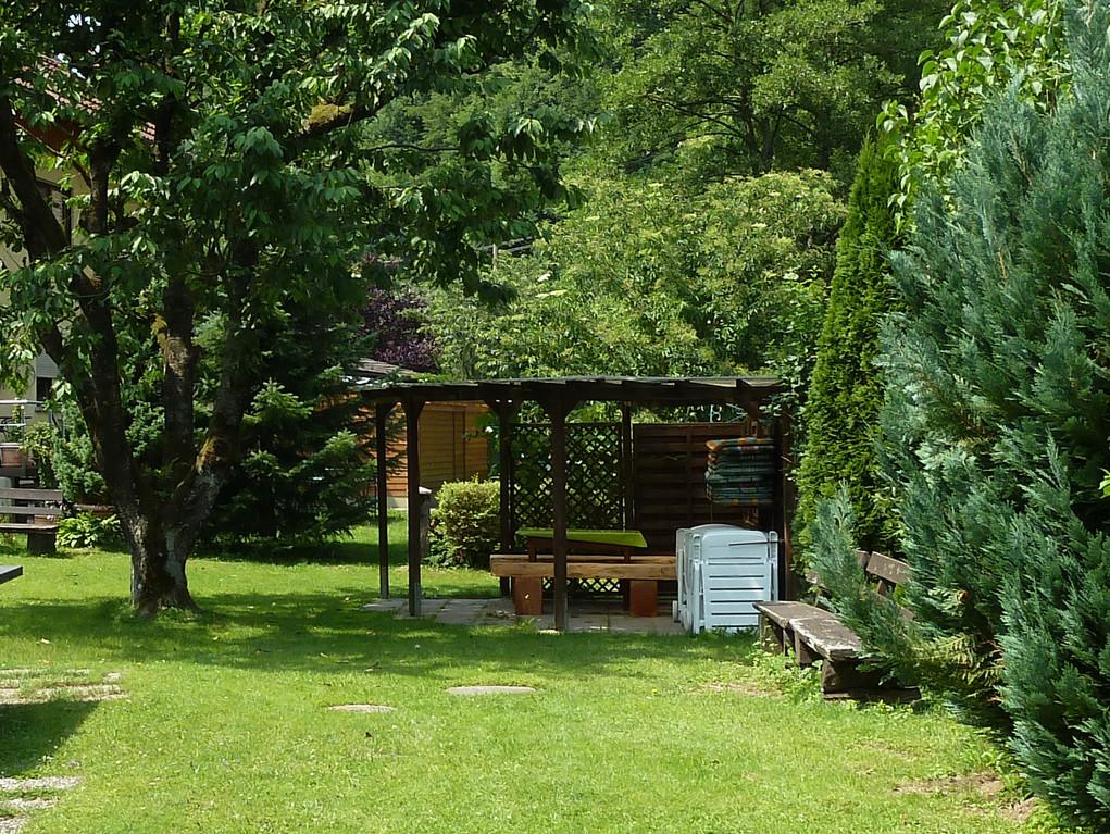 Der Pavillon im Garten biete Schutz vor Sonne und Regen